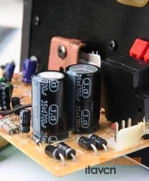 经过变压整流整后的直流电还不足够平滑,因此,还需要采用滤波电路对其
