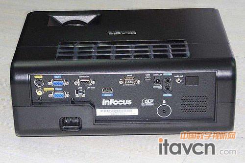 用户可以连接高清设备或者选择网络投影方式;另外,该机还具备两组vga