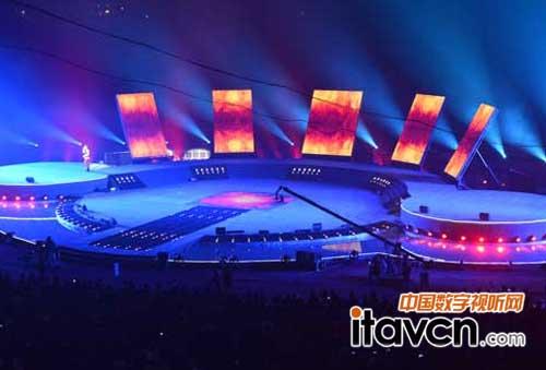 5块长方形led高清屏斜立在主舞台背景一侧