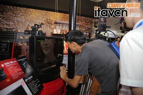 现场观众认真观看佳能4K专业监视器DP-V2410