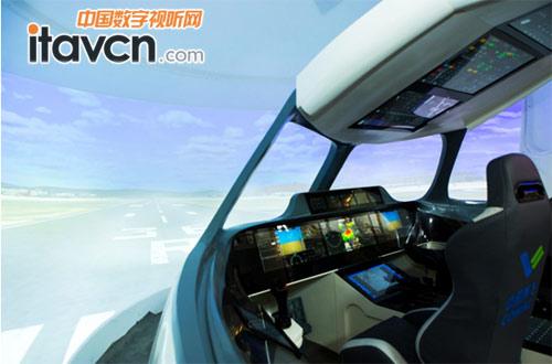 驾驶员在智能驾驶舱内通过投射的影像